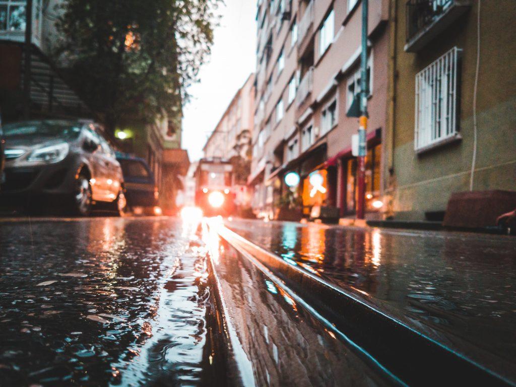 ขับรถผ่านน้ำท่วม