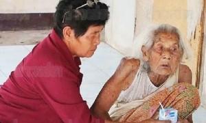 แม่เฒ่าวัย 95 นั่งซับน้ำเหลืองศพลูกชาย
