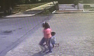 แม่เครียดจูงมือลูกชายนั่งริมคลอง ก่อนผลักตกน้ำตาย