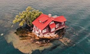 บ้านน้อยหลังเล็กแต่ไม่ธรรมดา เพราะอยู่บนเกาะที่เป็นของตัวเอง
