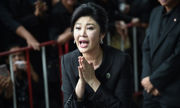 Former Thai prime minister Yingluck Shinawatra speaks to the media as she arrives at the Supreme Court in Bangkok on July 21, 2017. A final court hearing is expected in the negligence trial of ousted Yingluck, who faces up to a decade in jail in a case lambasted by her supporters as politically-motivated.  / AFP PHOTO / LILLIAN SUWANRUMPHA