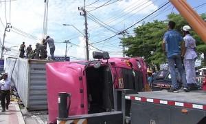 คนขับฟอร์จูนเนอร์รอดชีวิต หลังถูกรถบรรทุกทับจนแบนติดพื้น