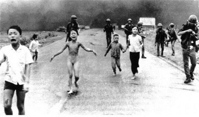 การทิ้งระเบิดนาปาล์ม ลงหมู่บ้าน