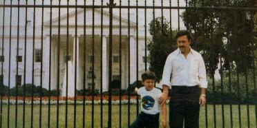 Pablo Escobar ราชายาเสพติดโลกและลูกชาย ถ่ายรูปหน้าทำเนียบขาวในช่วงปี 1980